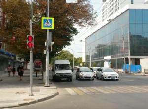 Безумные регулируемые перекрестки вынуждают ростовчан бросаться под колеса автомобилей