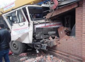 В Ростове автокран врезался здание магазина: 1 погиб, 5 пострадали
