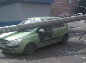 Тяжелый бетонный столб раздавил маленький автомобиль в Ростове