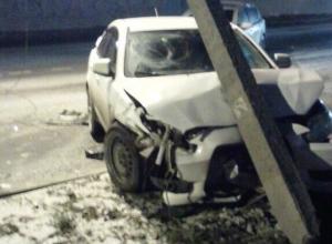 В Ростове «Мицубиси» врезалась в столб линии электропередач