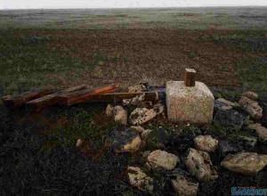 Вандалы спилили поклонный крест в Заветнинском районе