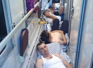 Отношение, как к животным: ростовчане посочувствовали вынужденным спать на полу полицейским