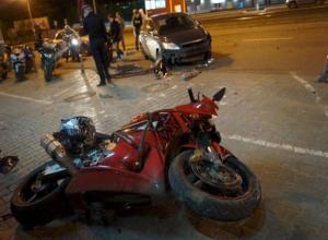 Мотоциклист проломил себе череп, влетев на скорости в иномарку в Ростове