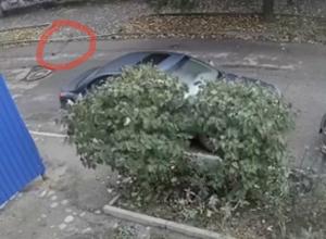 Падение железной трубы с седьмого этажа сняла «скрытая камера» в Ростове