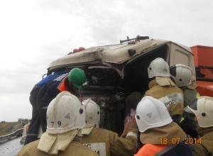 В Ростовской области водитель бензовоза погиб, врезавшись в фуру