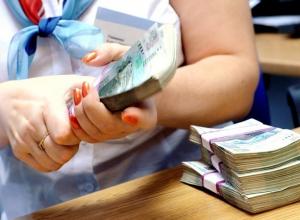 37-летняя работница крупного банка в Ростовской области почти 3 года «обчищала» личные счета своих клиентов