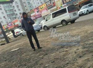 Очередной парковщик-вымогатель стал «выкачивать» деньги с молодых ростовчан