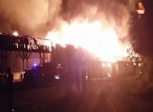 Мощный пожар всю ночь тушили в Ростовской области  на видео