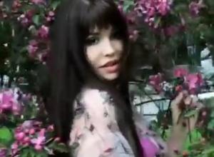 Скромной эротикой на фоне цветущих деревьев порадовала поклонников звезда Playboy из Ростова