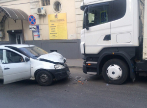«Утренний поцелуй» Renault  и грузовика удивил горожан в центре Ростова