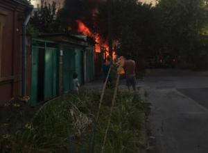 Прохожие на руках оттащили чужой автомобиль от горящего дома в частном секторе Ростова