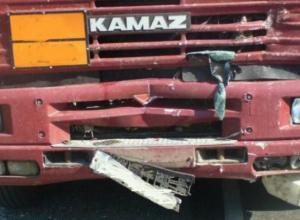 «Наскок» фургона на припаркованный «КАМАЗ» оказался смертельным для молодого мужчины в Ростовской области