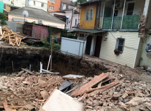 Стену дома в центре Ростова обрушили строители-самовольщики