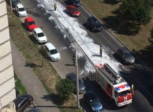 Проспект Королева в Ростове залили пеной из-за разлившегося после взрыва автомобиля бензина