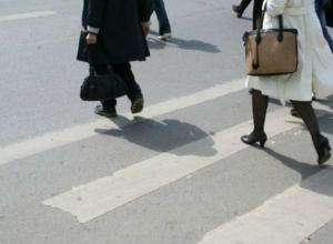 Водитель ВАЗа сломал позвоночник, переходившей дорогу по «зебре» женщине под Ростовом