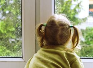 Оставленная дома с дедушкой и бабушкой 3-летняя девочка выпала из окна в Ростове