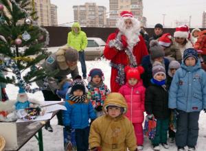 Обманутые дольщики ЖК «Европейский» вместе с детьми устроили новогоднюю акцию протеста в Ростове