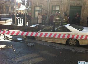 В Ростове очевидцы сняли упавший на автомобили строительный кран