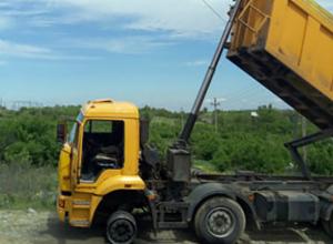 Чудовищным ударом тока убило выгружавшего асфальт водителя КамАЗа на трассе Ростовской области