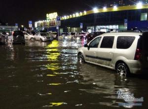 Парковку около магазина «Лента» затопило во время ливня в Ростове