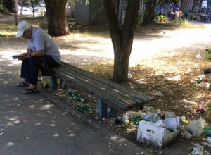 Заваленный «от безысходности» мусором сквер шокировал молодую жительницу Ростова