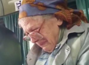 Грубый водитель маршрутки довел до слез добродушную старушку в Ростовской области на видео