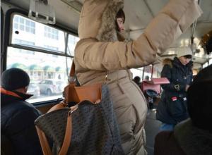 Неуступившего место беременной женщине мужчину загнобили в ростовском автобусе