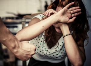 Скандальный мужчина избил свою жену кулаками по лицу до потери сознания в Ростове