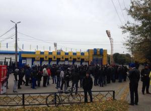 Очередь в пятьсот человек выстроилась у касс ростовского стадиона «Олимп-2»