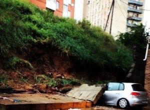 В Ростове-на-Дону на иномарку рухнула бетонная плита
