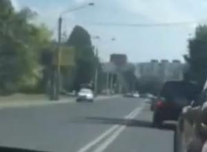 Бешеный таксист-хам обгонял машины через две сплошных в Ростове