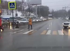Испуганного пешехода в Ростове чуть на задавил автохам прямо на «зебре»