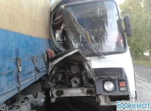 В Ростовской области автобус с сотрудниками компании «Глория Джинс» попал в ДТП: 5  пострадали