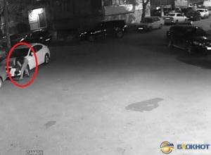 В Ростове по видео разыскивают похитителя противотуманных фар с иномарок