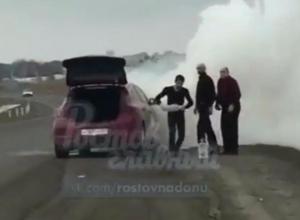 Загоревшийся на ходу автомобиль на трассе в Ростовской области сняли на видео