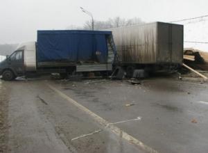 На трассе М-4 «Дон» две фуры врезались в ограждение и перекрыли дорогу