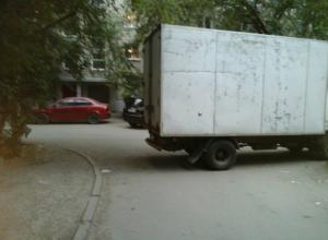 Автохам на грузовике перегородил проезд автомобилям в ростовском дворе