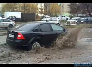 В Ростове после дождя машины плыли по дорогам (ВИДЕО)