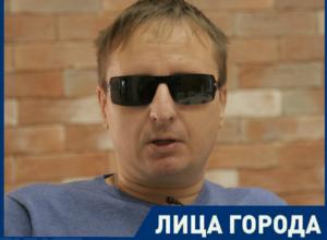 Скандал с вываливающейся грудью официантки довел до белого каления слепого барда из Ростовской области