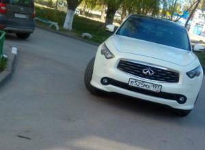 Автохам из Москвы своей «чудо-парковкой» в Ростове привел в ярость горожан