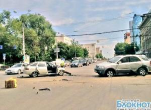 В Ростове на пересечении Б. Садовой и Ворошиловского столкнулись «ВАЗ-2112» и «Киа Соренто». Видео