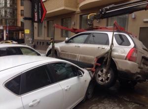 В Ростове эвакуаторщик уронил «Киа» на автомобили «Опель» и «Порше»