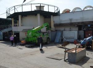 На центральном рынке Ростова начались работы по демонтажу строений и конструкций