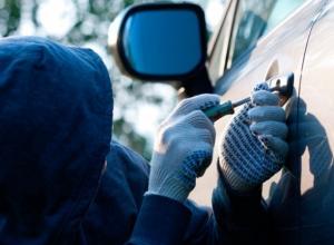 Дерзкий взломщик и разбиватель одиноких машин опознан в Ростовской области