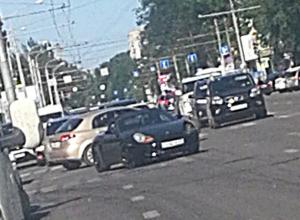 Элитный спорткар-красавец и такси разбились в центре Ростова