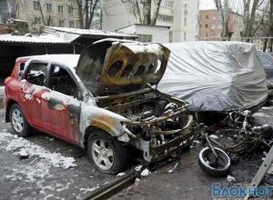 В Ростове на стоянке сгорели  Toyota Rav 4, Toyota Land Cruiser, Kia Sorento и мопед