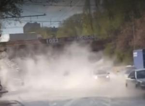 Жуткий раскаленный пар «из ада» поглотил автомобили ростовчан на Нагибина