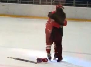 Умилительное предложение руки и сердца сделал девушке капитан ХК «Ростов»