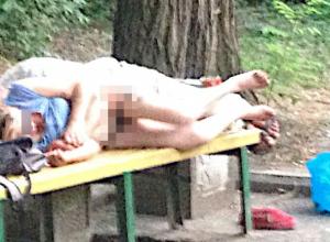Сексом на лавочке на виду у всего двора занялась раскрепощенная парочка в Ростове
