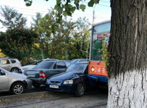 Собравшее огромную гору из автомобилей массовое ДТП с трамваем под Ростовом попало на видео